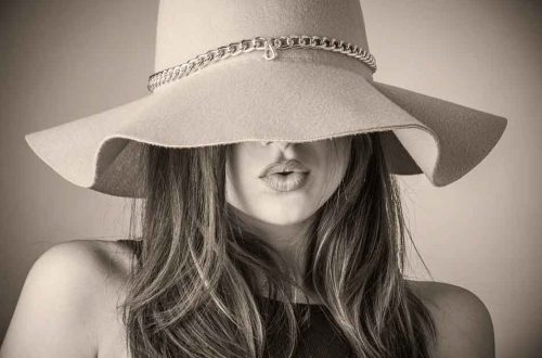 Women in a floppy hat