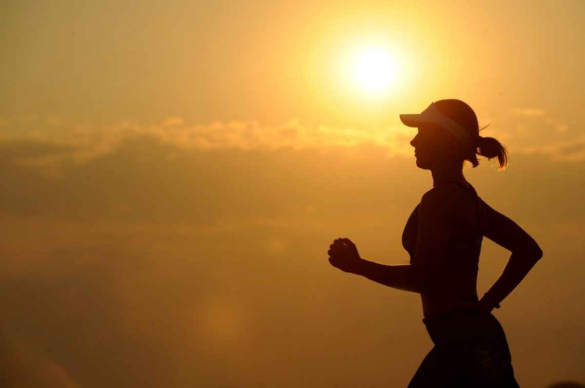 Silhoette of women running in the sunset